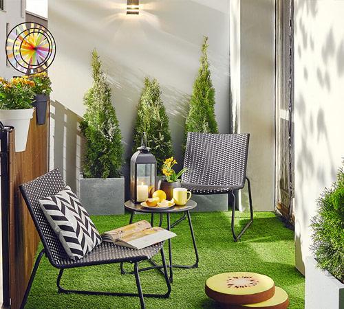 Mały balkon w ogrodowym klimacie